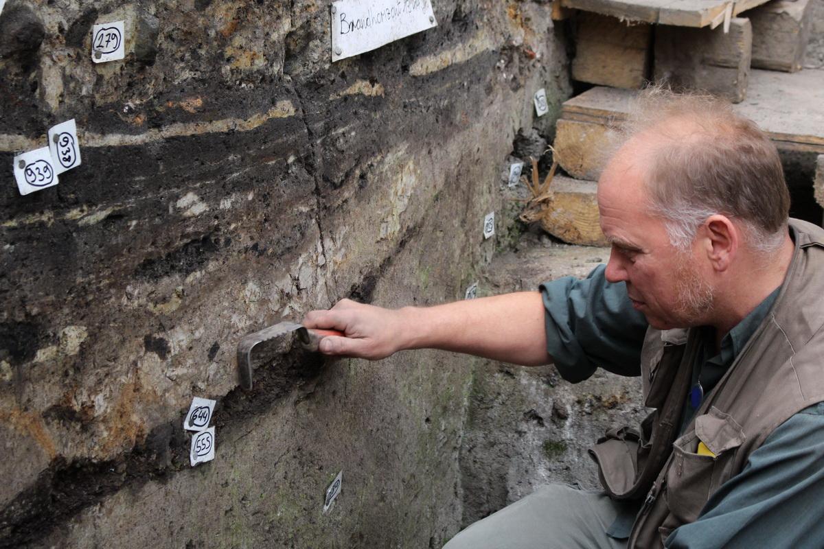 """Blick auf die Ausgrabungsstelle an der """"Neuen Burg"""": Grabungsleiter Kay-Peter Suchowa"""