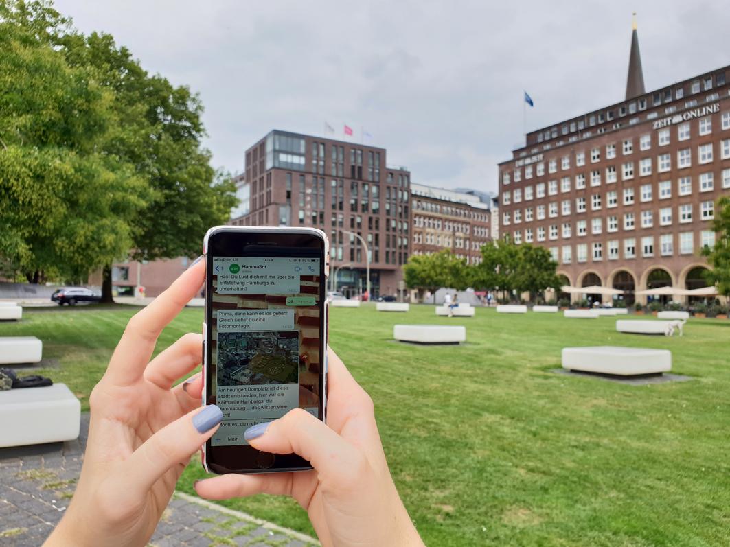 Handy mit Audiotour Domplatz Hammaburg Archäologisches Museum Hamburg