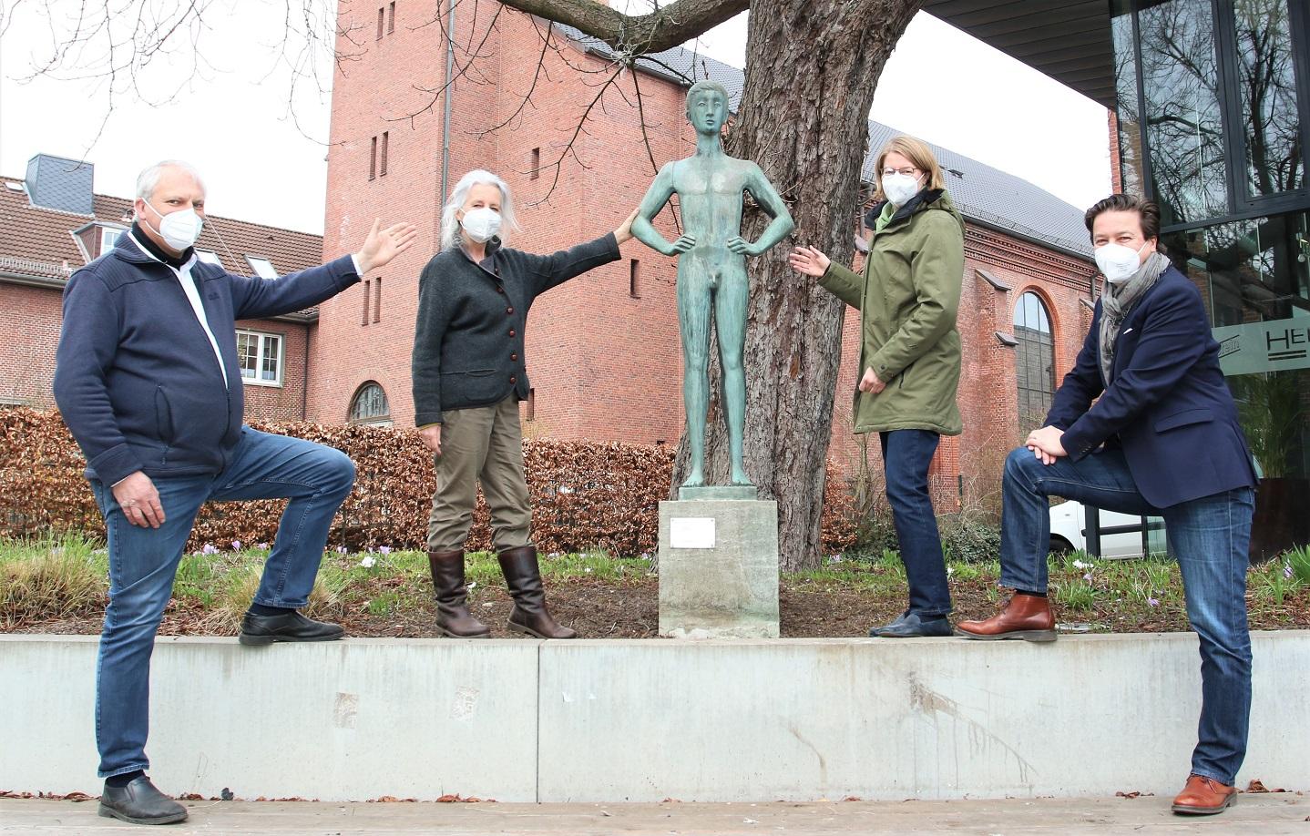 Pressefoto der Einweihung der Skulptur von Fritz Fleer auf dem Museumsplatz mit Hannes Bänder, Thekla Müller-Fleer, Dr. Anke Jobmann und Prof. Dr. Rainer-Maria Weiss (v. l.)