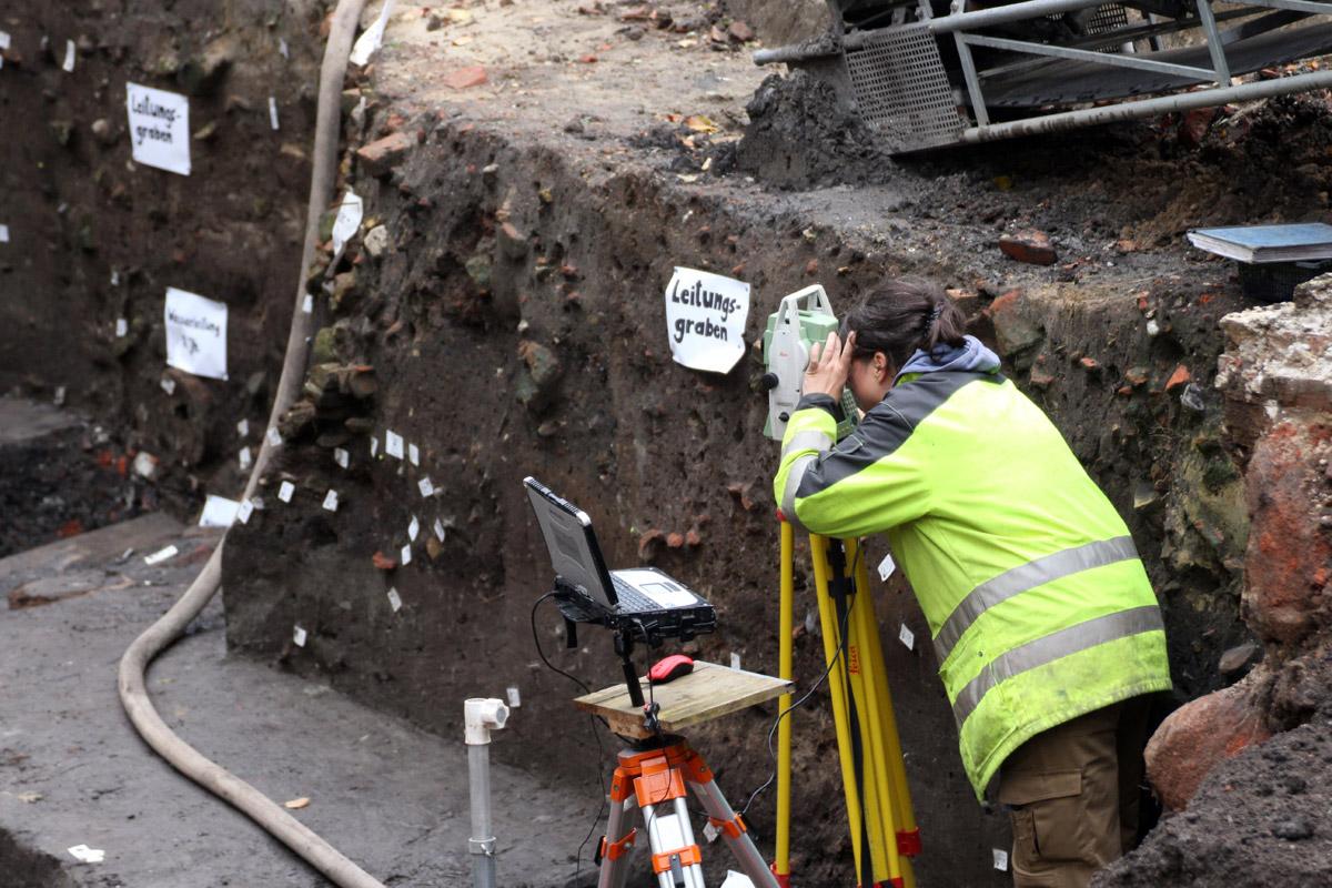 Archäologen des Archäologischen Museum Hamburg auf Ausgrabung in der Hamburger Innenstadt