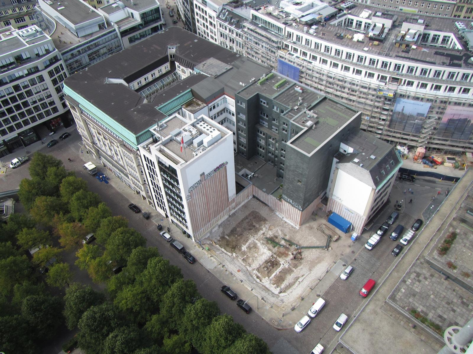 Luftbild: Die Ausgrabungsfläche (2014) mit den Fundamentresten der Nikolaikirche am Hopfenmarkt/Ecke Hahntrapp