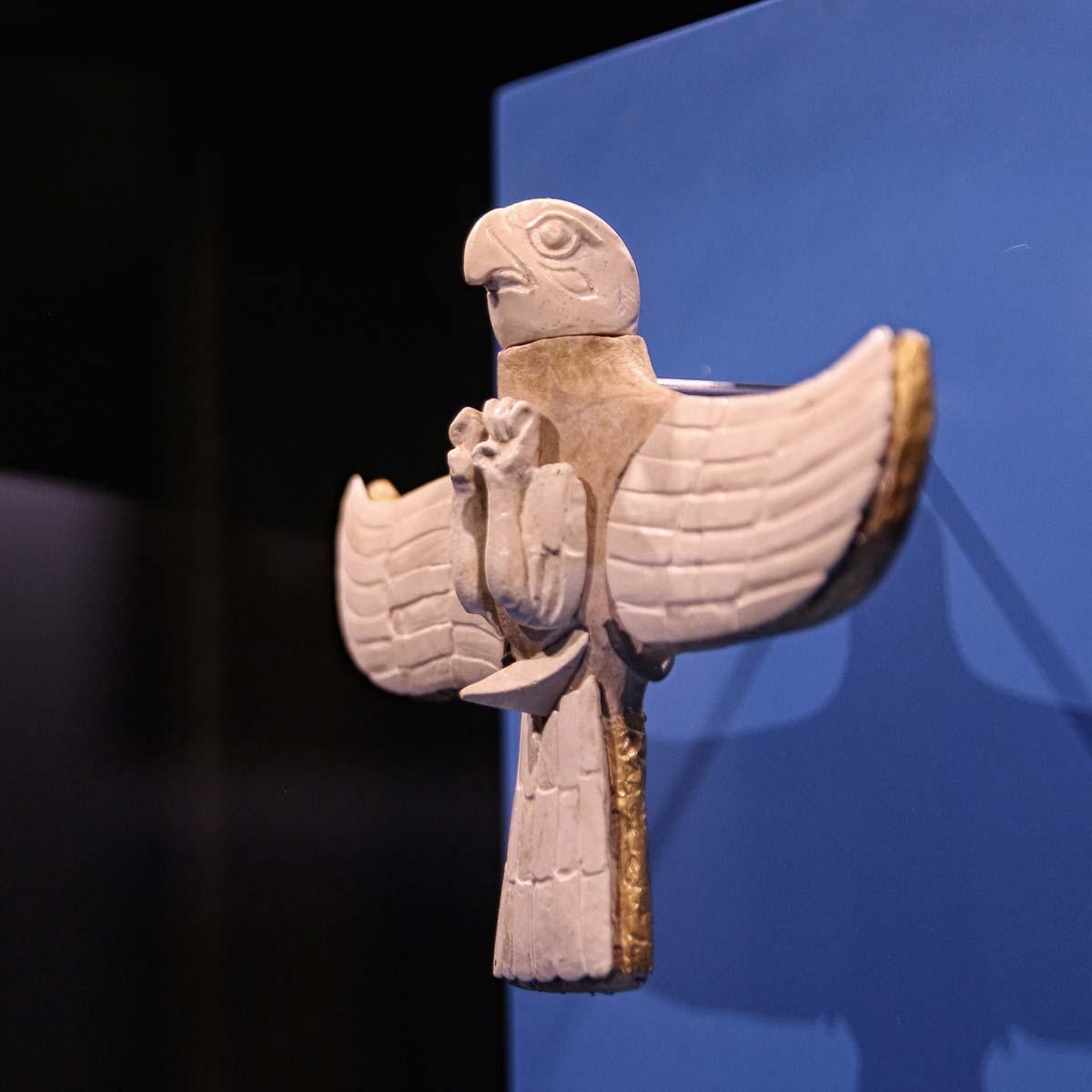 Raubvogelfigur aus Turkmenistan - zu sehen in der Ausstellung Margiana im Archäologischen Museum Hamburg Foto: Peet Behm