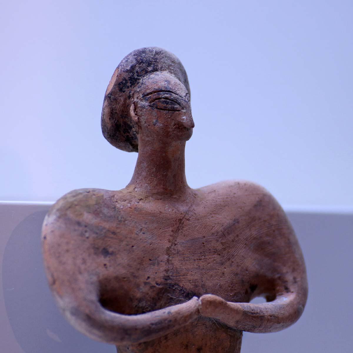 """Detail einer Figurine in der Ausstellung """"Margiana"""" im Archäologischen Museum Hamburg Foto: Peet Behm"""