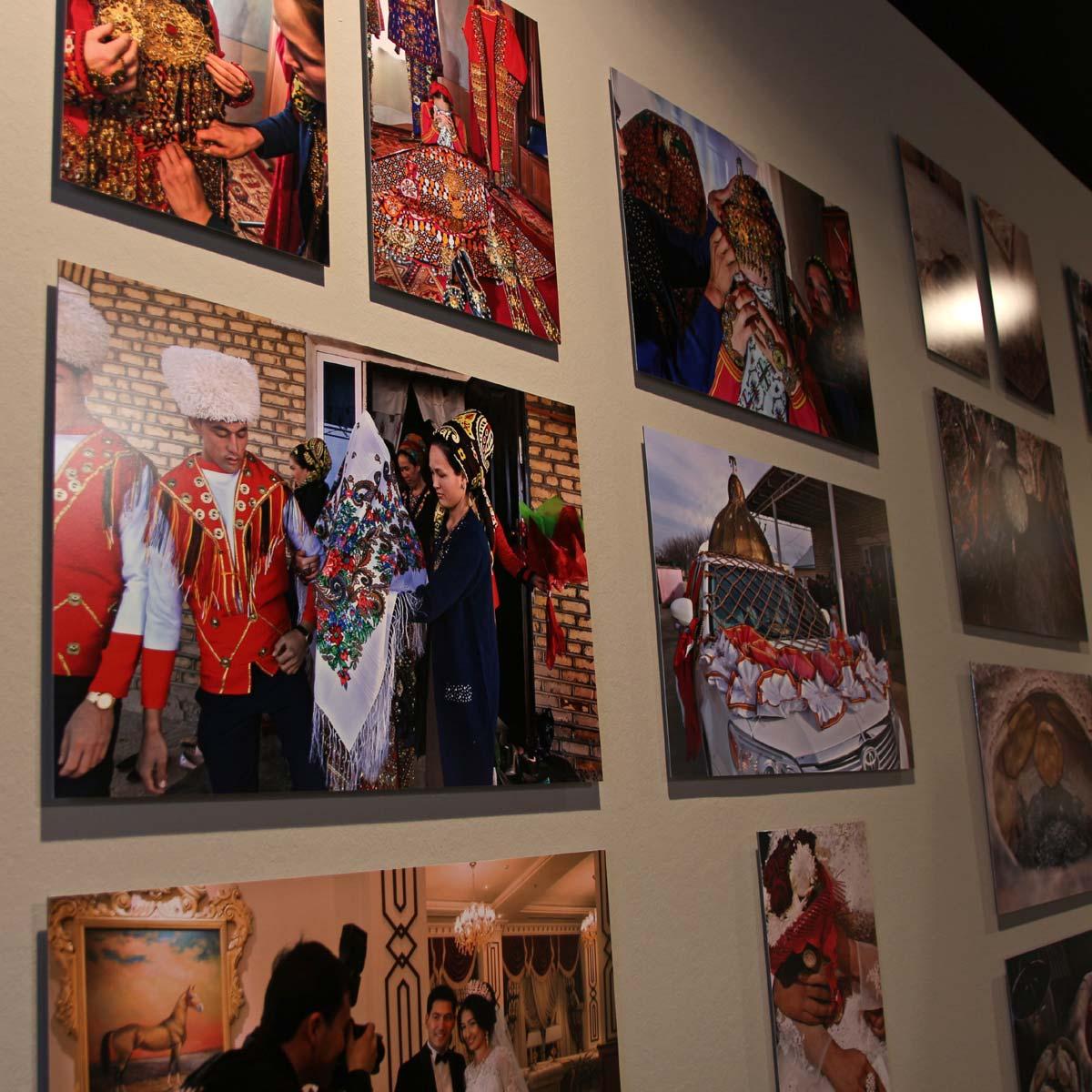 """Bilder von Herlinde Koelbl in der Ausstellung """"Margiana - Ein Königreich der Bronzezeit in Turkmenistan"""" im Archäologischen Museum Hamburg Foto: Peet Behm"""