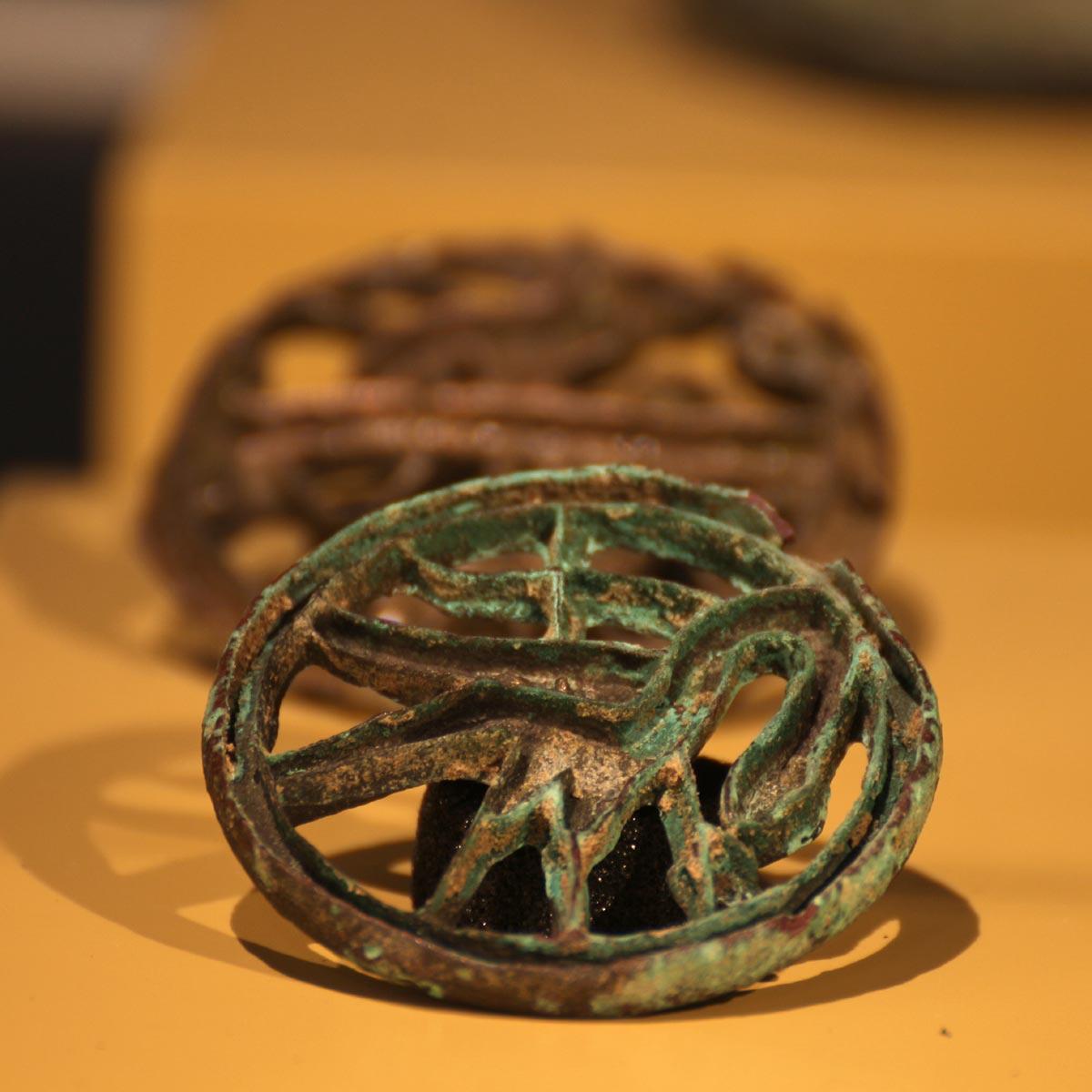 """Ein Siegel in der Ausstellung """"Margiana - Ein Königreich der Bronzezeit in Turkmenistan"""" im Archäologischen Museum Hamburg Foto: Peet Behm"""