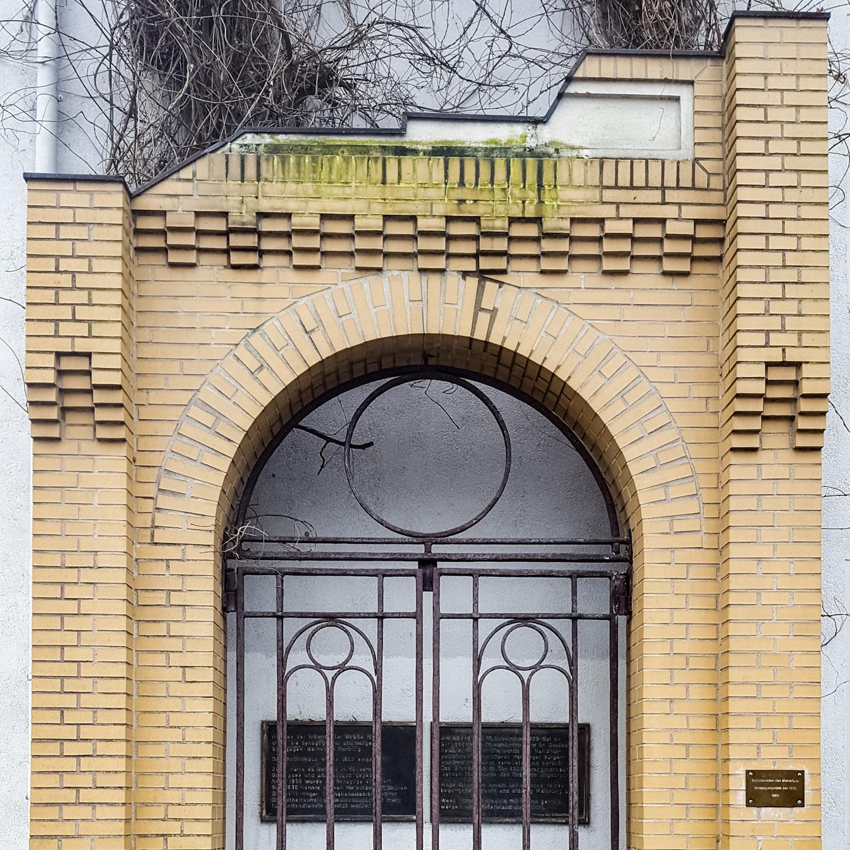 Nachbau des Eingangstores der ehemaligen Synagoge