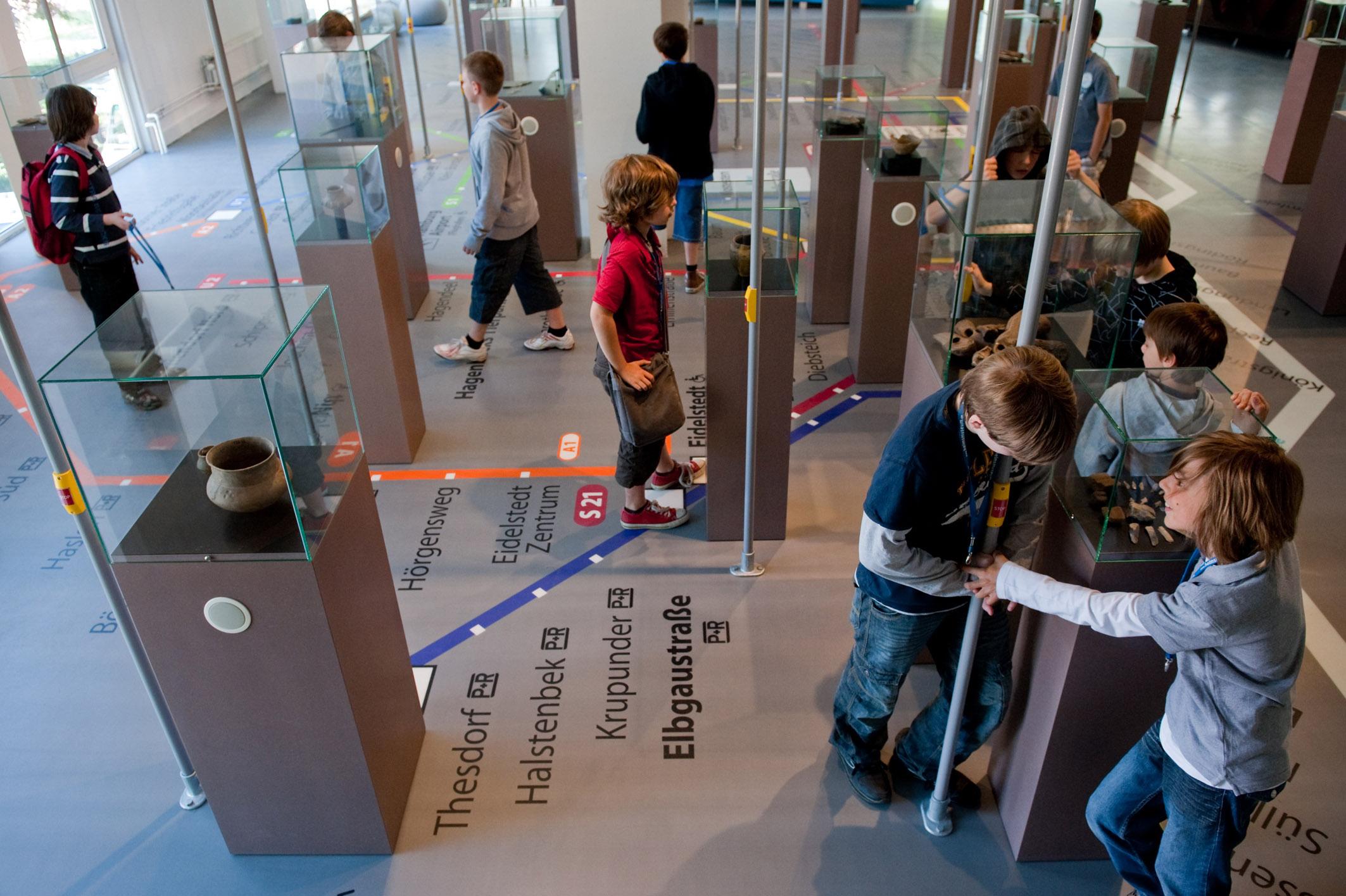 Schulklassen in der archäologischen Dauerausstellung | Museum Hamburg