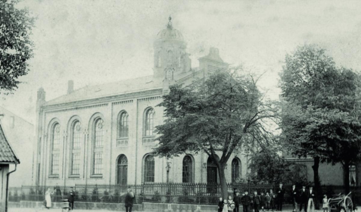 historische Schwarz-Weiß-Fotografie der Synagoge in Harburg mit Menschen vor dem Gebäude